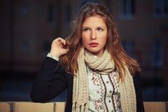 Jeune fille de mode dans le cardigan noir et écharpe dans la rue de ville de nuit images libres de droits