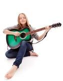 Belle fille avec la guitare sur le fond blanc Photos libres de droits
