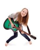 Belle fille avec la guitare sur le fond blanc Photo stock