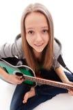 Belle fille avec la guitare sur le fond blanc Photographie stock libre de droits