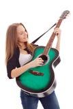 Belle fille avec la guitare sur le fond blanc Images libres de droits
