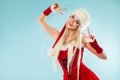 Jeune fille de neige de danse Femme blonde avec du charme et attirante dans un costume de Santa images libres de droits