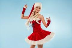 Jeune fille de neige de danse Femme blonde avec du charme et attirante dans un costume de Santa photographie stock