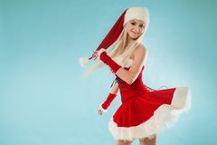 Jeune fille de neige de danse Femme blonde avec du charme et attirante dans un costume de Santa image libre de droits