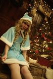 Jeune fille de neige sur le seuil de la maison décoré dans le style de Noël Photo libre de droits