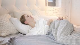 Jeune fille de pensée songeuse s'étendant dans le lit banque de vidéos