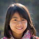 Jeune fille de portrait avec le thanaka sur son visage de sourire Lac Inle, Myanmar Image stock