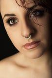 Jeune fille de portrait étroit avec l'anneau de nez Photo stock