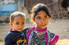 Jeune fille de Rajasthani et son frère Photographie stock libre de droits