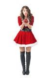 Jeune fille de Santa soufflant autour de la bougie décorative Images libres de droits