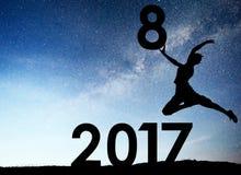 Jeune fille de silhouette 2018 nouvelles années heureuse Fond de la galaxie de manière laiteuse sur un ton foncé de ciel d'étoile Images stock