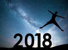 Jeune fille de silhouette 2018 nouvelles années heureuse Fond de la galaxie de manière laiteuse sur un ton foncé de ciel d'étoile Photo libre de droits