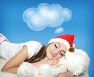 Jeune fille de sommeil avec l'ours de nounours Image stock