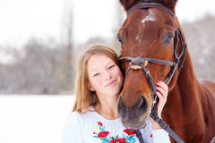 Jeune fille de sourire appréciant l'amitié avec le cheval Photographie stock libre de droits