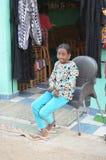 Jeune fille de sourire assise en dehors du magasin en Egypte images libres de droits