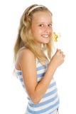 Jeune fille de sourire avec la sucrerie de lucette Image libre de droits