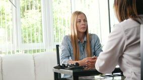 Jeune fille de sourire blonde parlant avec le docteur banque de vidéos
