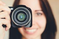 Jeune fille de sourire de brune avec l'appareil-photo image stock