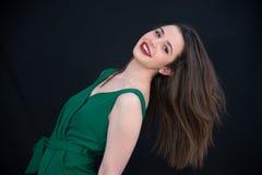Jeune fille de sourire de brune avec de longs cheveux droits et Bourgogne images stock
