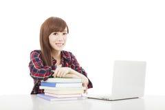 Jeune fille de sourire d'étudiant avec le livre et l'ordinateur portable d'isolement sur le petit morceau Image stock