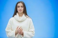 Jeune fille de sourire d'affaires regardant directement Pendant le ceci, il tient sa main dans sa main Vêtu d'un blanc chauffez images stock