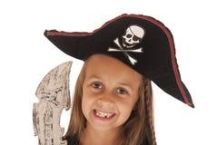 Jeune fille de sourire dans le chapeau du pirate de Halloween avec l'épée Images stock
