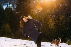 Jeune fille de sourire dans son habillement chaud d'hiver Image libre de droits
