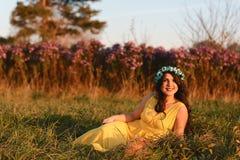 Jeune fille de sourire heureuse, femme attirante portant la robe jaune, marchant dans le domaine de fleur Concept de mode de vie image libre de droits