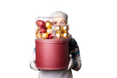 Jeune fille de sourire mignonne dans le chandail, tenant une boîte de décorations de Noël Hiver, Cristmastime, vacances de nouvel Photographie stock libre de droits