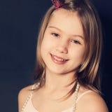 Jeune fille de sourire sur le fond foncé Photos stock