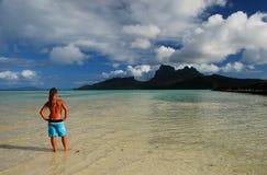 Jeune fille de touristes Bora Bora, Polynésie française Image libre de droits