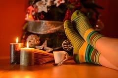 Jeune fille derrière l'arbre de Noël Image stock