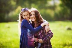 Jeune fille deux ensemble dans l'étreinte au parc Image stock