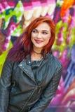 Jeune fille devant le graffiti Images stock