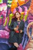 Jeune fille devant le graffiti Photo stock
