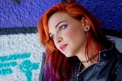 Jeune fille devant le graffiti Photos libres de droits