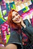 Jeune fille devant le graffiti faisant le selfie Image libre de droits