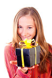 Jeune fille douce avec des cadeaux de Noël Image libre de droits