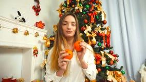 Jeune fille drôle avec des mandarines banque de vidéos