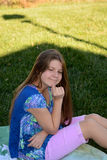 Jeune fille drôle de pensée Photos stock