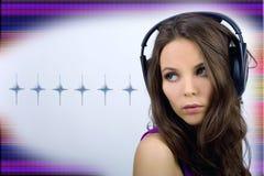 Jeune fille du DJ avec des écouteurs Photographie stock libre de droits