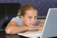 Jeune fille effectuant à la maison le travail Photographie stock libre de droits