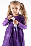 Jeune fille effectuant des bulles Photographie stock
