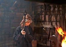 Jeune fille effectuant le travail de forgeron Photographie stock