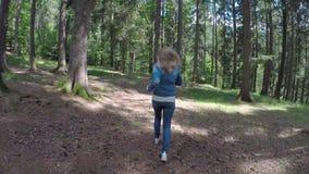 Jeune fille effrayée courant loin pour s'échapper du danger par la forêt de montagne - banque de vidéos