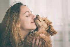 Jeune fille embrassant son bon chien d'ami Photographie stock libre de droits