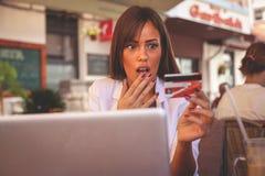 Jeune fille employant la carte de crédit La fille était faillite photo stock
