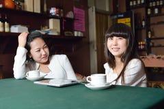 Jeune fille en café Images libres de droits