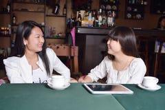 Jeune fille en café Images stock