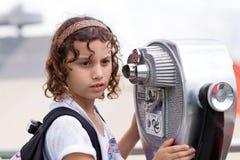 Jeune fille en excursion sur le terrain Images libres de droits